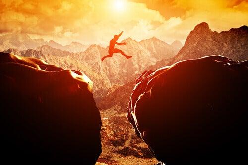 Mann hopper mellom klipper