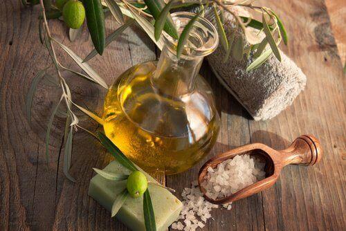 Olivenolje og himalayasalt for å lindre knesmerter