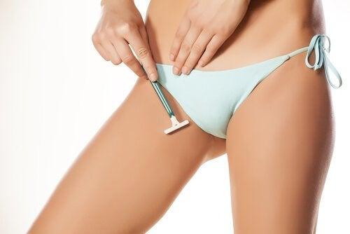 Kvinne barberer seg for å fjerne kjønnshår