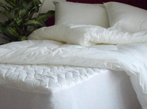 Lær hvordan du enkelt rengjør madrassen og sengetøyet