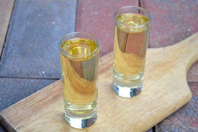 Vann og vodka for å holde fluene i sjakk