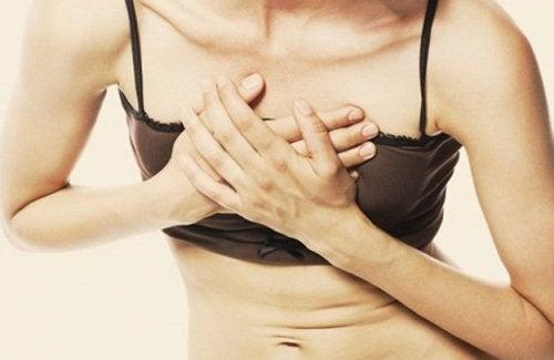 Kvinne med brystsmerter