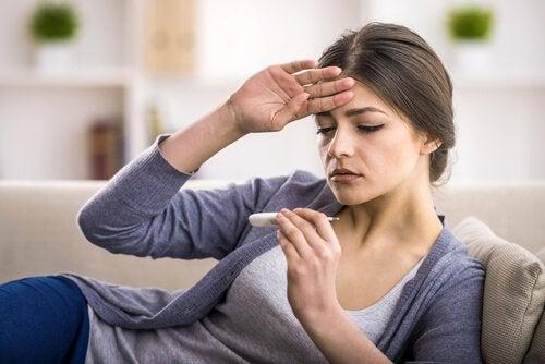 Kvinne med symptomer på blindtarmbetennelse