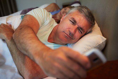 Våken mann i sengen