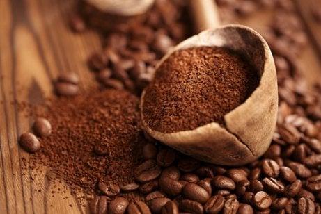 Kaffe for å bli kvitt irriterende lukt i klesskapet