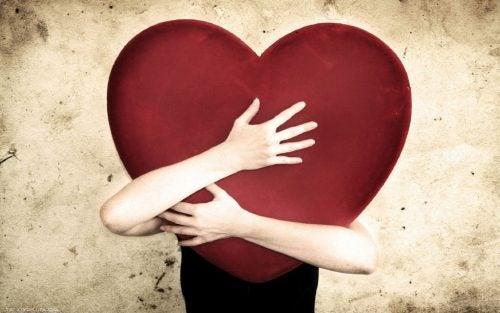 Person omfavner hjerte