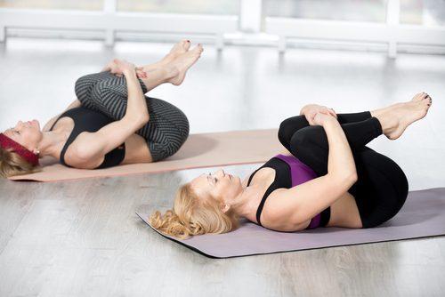 Kvinner gjør øvelse for å trene magemusklene