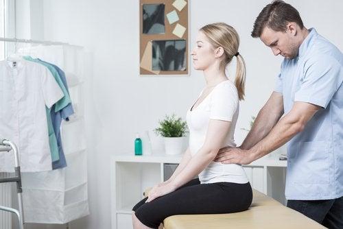 Kvinne hos spesialist for å lindre korsryggsmerter