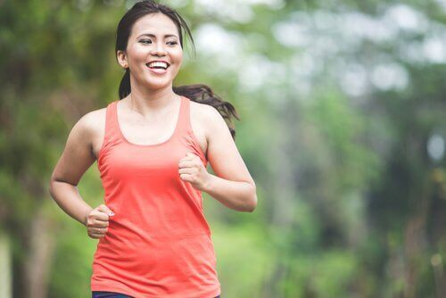 Kvinne som løper i parken