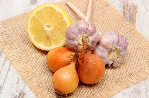 Hvitløk, sitron og løk