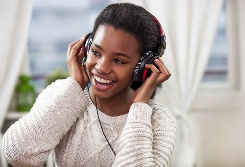 Jente lytter til musikk