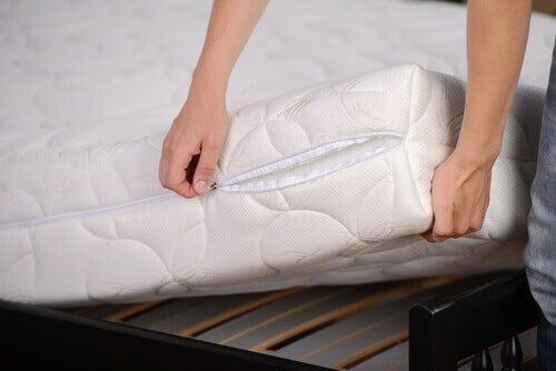Rengjøring av madrassen