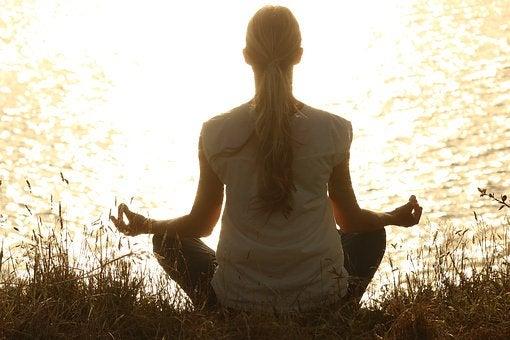 Kvinne mediterer for å bli mer rolig