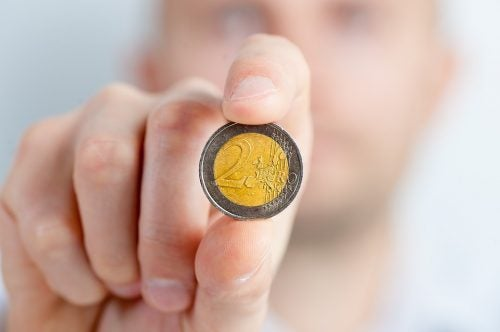 Hånd berører en mynt