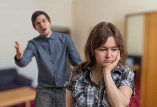 Mann kjefter på kvinne