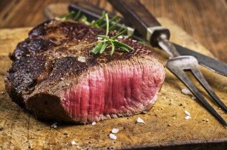Du bør unngå rødt kjøtt hvis du lider av sure oppstøt