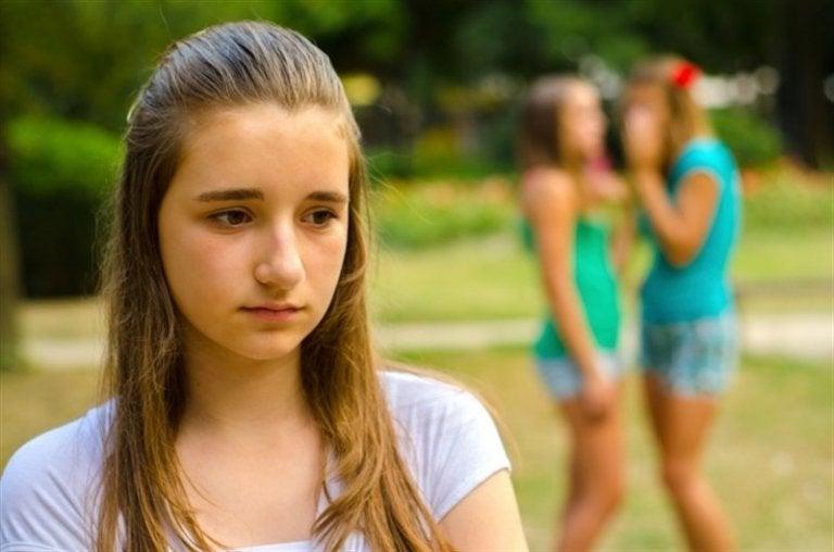 Jenter hvisker om annen jente