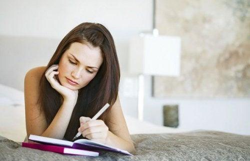 Kvinne studerer