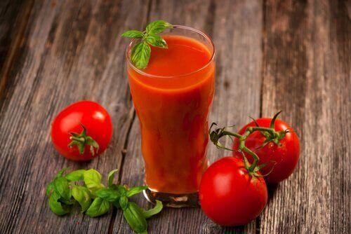 Juice med tomat, hvitløk og gurkemeie