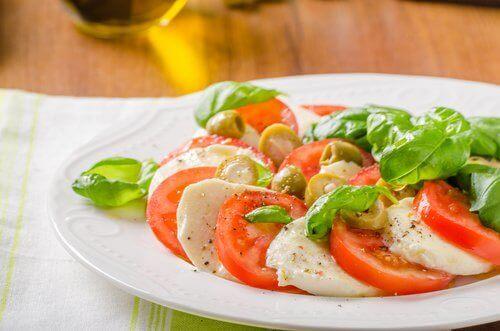 Tomat, mozzarella, oliven og basilikum