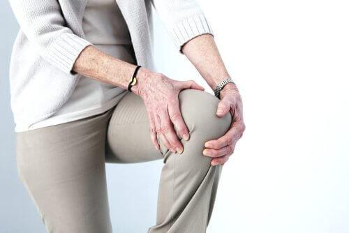 Kvinne med knesmerter