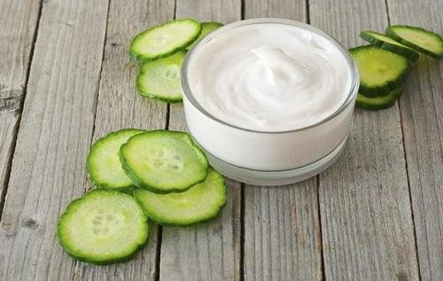 Agurk og yoghurt for å redusere flekker i ansiktet ditt