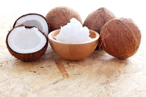 Naturlig kokosnøttolje for definerte krøller