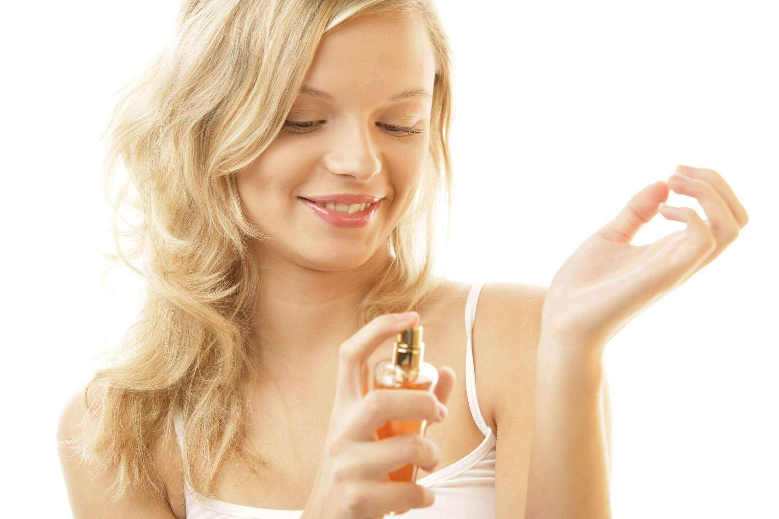 Kvinne bruker parfyme