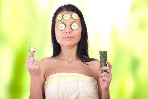Kvinne med agurk i ansiktet
