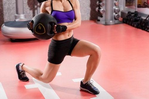 Kvinne trener med ball