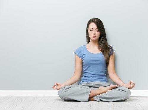 Kvinne gjør yoga for å redusere nakkesmerter