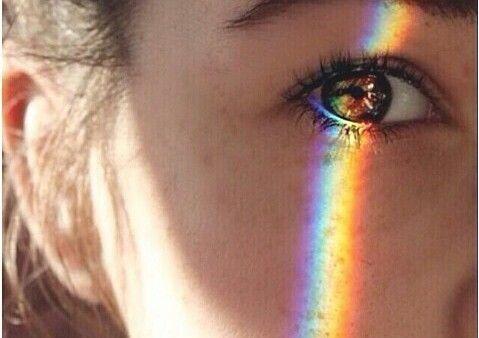 Kvinne med regnbue over øyet