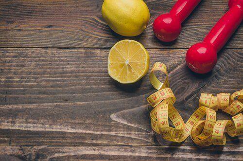 Sitroner og vekter med målebånd