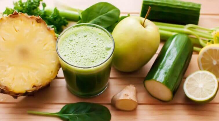 Avgiftende drikker med agurk, eple og ananas