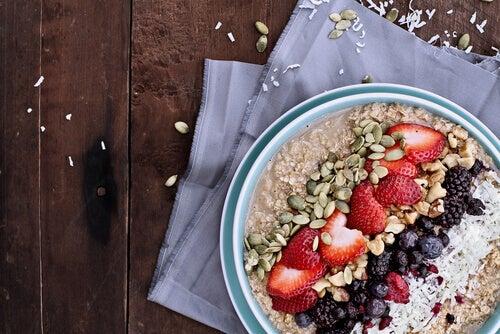 Havregryn med frukt, nøtter og kokosnøtt for en energigivende frokost