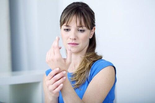 Kvinne med muskel- og leddproblemer