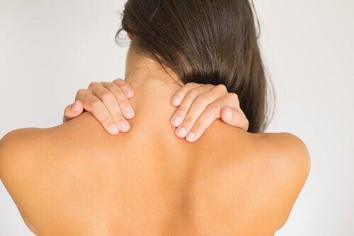 kvinne som tøyer ut nakken for å redusere nakkesmerter