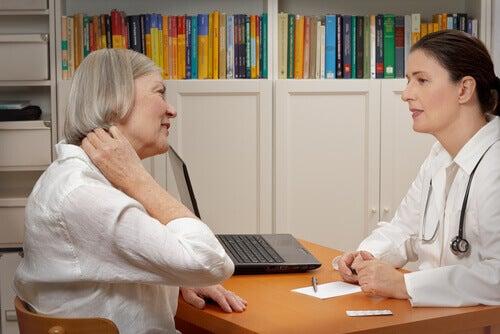 Kvinne med nakkesmerter hos lege