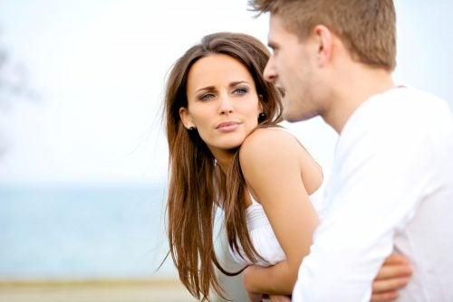 Mann og kvinne snakker med kroppsspråk
