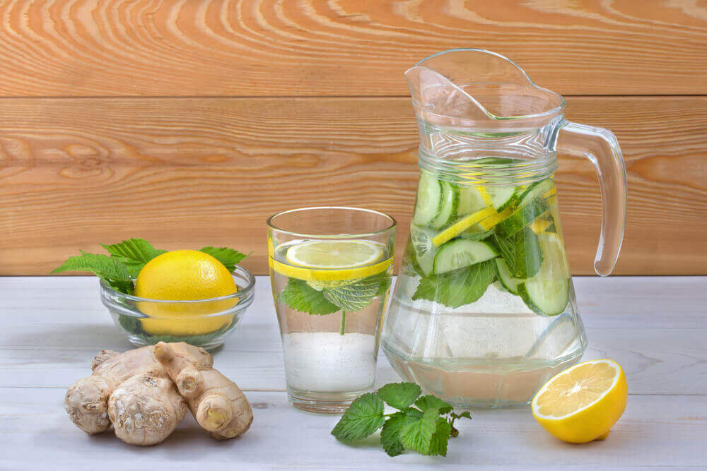 Naturlig drikk med sitron og ingefær
