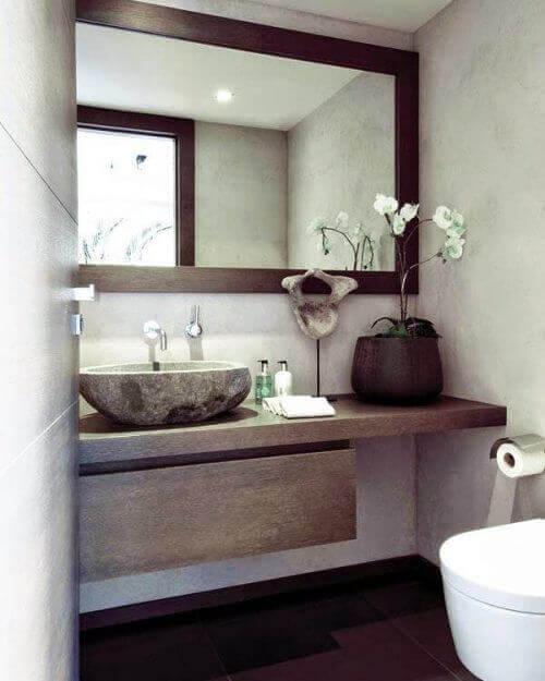 Bruk et stort speil for å gjøre ditt bad se større