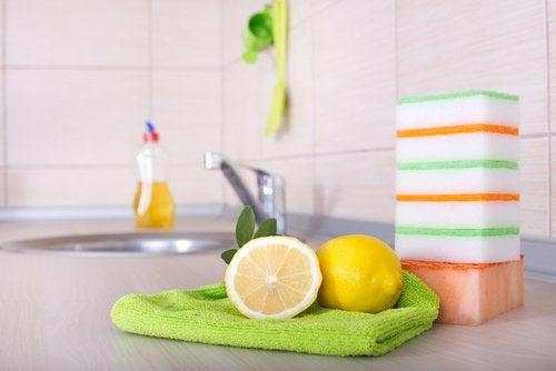 Bruk sitroner som et kjøkkendesinfeksjonsmiddel med såpe