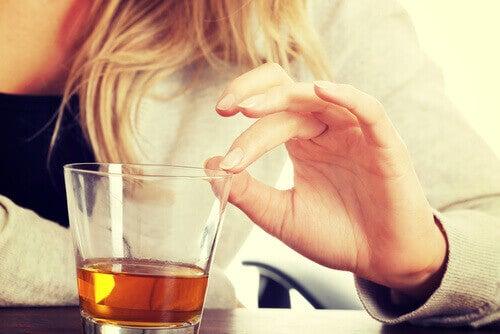 Kvinne med et glass alkohol