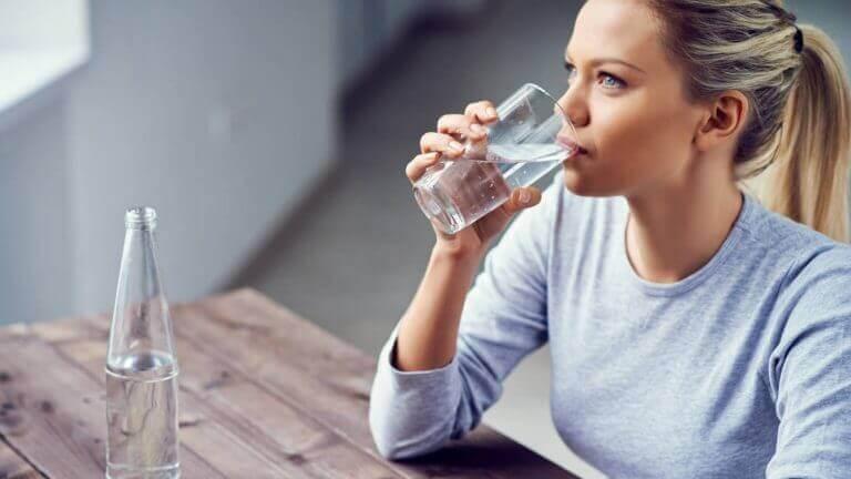Rehydrering er det viktigste tiltaket, kvinne drikker vann