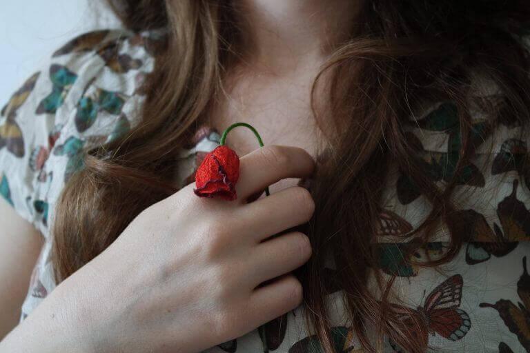 Kvinne holder rose