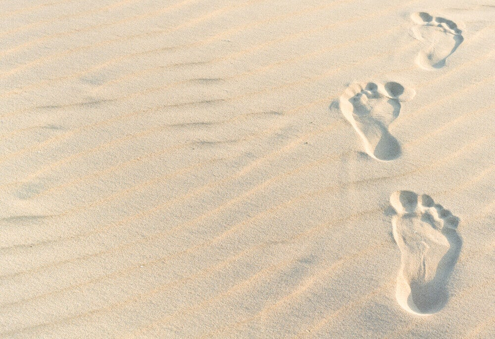 Fotspor i sand, de er ikke redd for å leve nye erfaringer