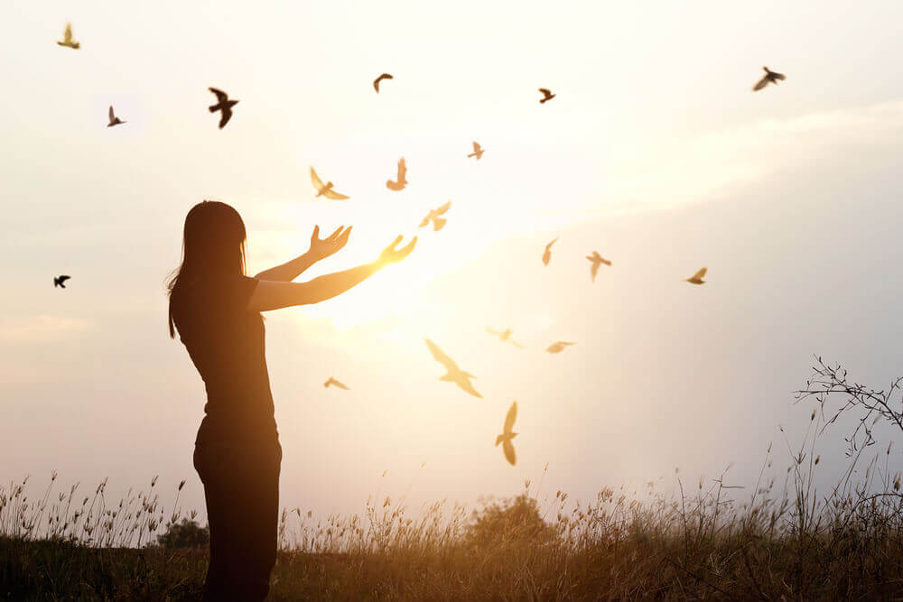 Kvinne med fugler