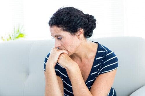 Kvinne føler angst