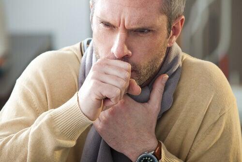 mann med hoste