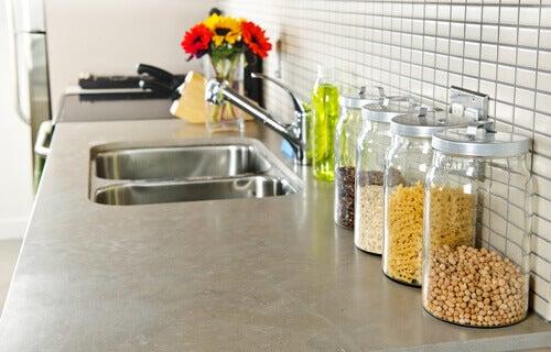Kjøkkenbenk med glasskrukker